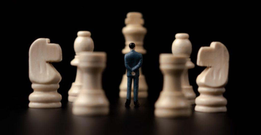 チェスの前で立つ男性のイラスト